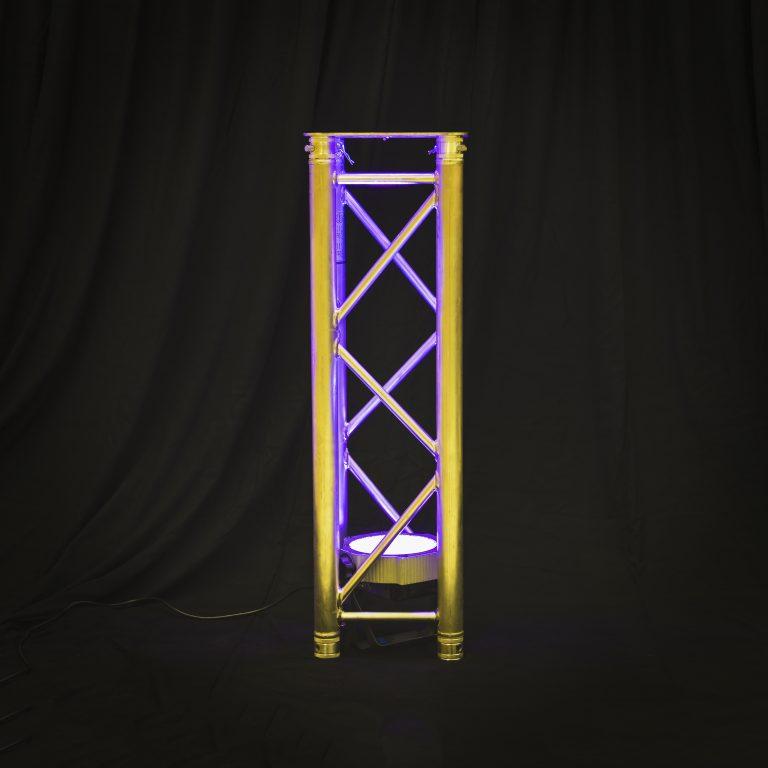 Kuva valaistusta trussitolppasta